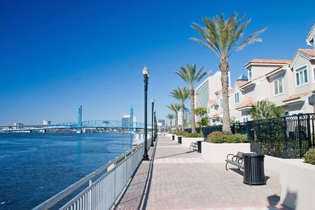 dockside: brick paver walkway along the waterfront by luxury condominiums in Jacksonville Stock Photo