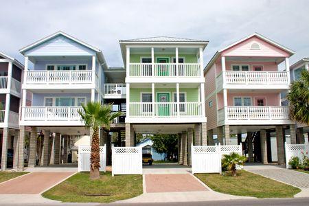 lichte, pastel, groen, blauw en roze kustgemeenschappen verhuur Condos Stockfoto