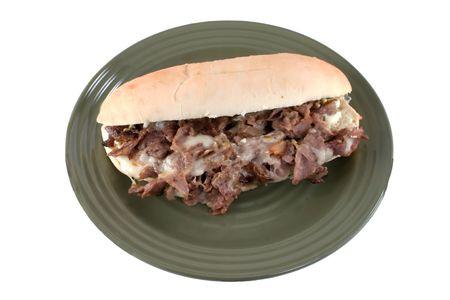 焼けるように暑いのチーズ ステーキ サンドイッチ上にホワイト