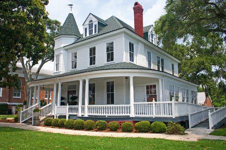 沿岸フロリダのビクトリア朝様式の家