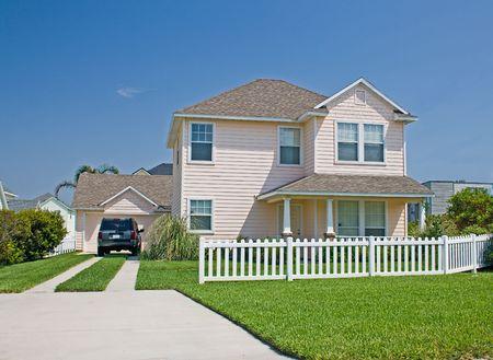 Simple rose pastel Floride chalet de style maison avec piquet de clôture blanc  Banque d'images - 1352976