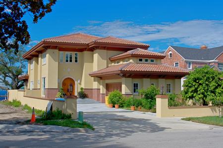물가, 기와 지붕의 고급 부동산 스타일 집
