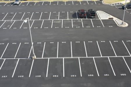 grote genummerde ruimte parking van boven Stockfoto