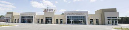 hechtdraad panorama van een earthtone strip mall