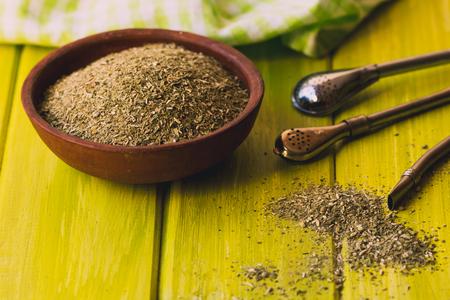 yerba mate: Yerba mate tradicional popular en Am�rica Latina sirved en el enfoque selectivo tabla de madera verde