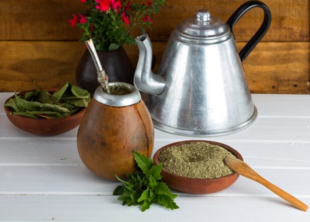 yerba mate: Yerba mate tradicional popular en América Latina sirved en la atención selectiva de madera Foto de archivo
