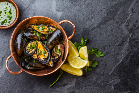 sopa: Mussels in copper bowl, lemon, herbs sauce and white wine.