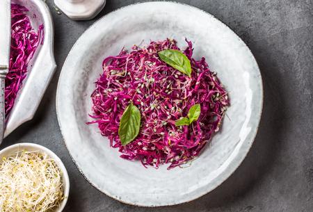 大豆もやしと食用ニンニクの花のキャベツ サラダ