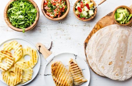 食材野菜、焼きパイナップルとチキンのタコス 写真素材