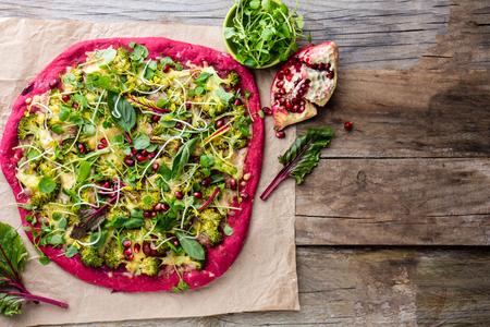 berro: Purple beetroot dough, vegetables and sprouis pizza, Healthy fast food on slate Foto de archivo