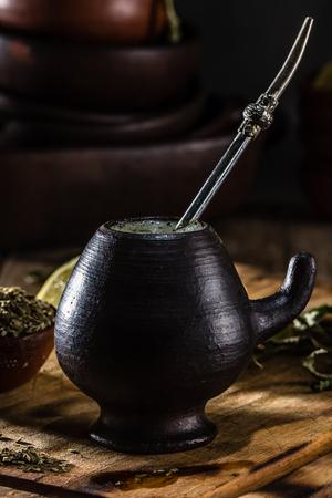 yerba mate: Yerba mate - Té de hierbas latinas de la bebida caliente Foto de archivo