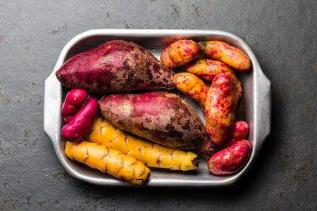 料理 - ペルーの原材料色のサツマイモと里芋バタタ ユカ。平面図です。 写真素材