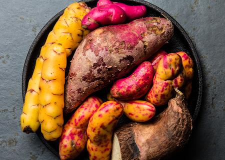 Ingredientes crudos peruanos para cocinar - yuca, batatas de colores y camote batata. Vista superior. Foto de archivo - 82420670