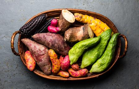Frisches peruanisches lateinamerikanisches Gemüse Caigua, Süßkartoffeln, schwarzer Mais, Camote, Yuca. Draufsicht Standard-Bild - 82401640