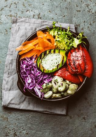 berro: Tazón Budha. Verduras crudas con frijoles, aguacate a la parrilla y pimiento sobre fondo de pizarra