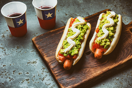 チリの仕分けのイタリア語。紙コップにドリンクを飲みながら木の板でトマト、アボカド、マヨネーズのホットドッグのサンドイッチを楽しめます