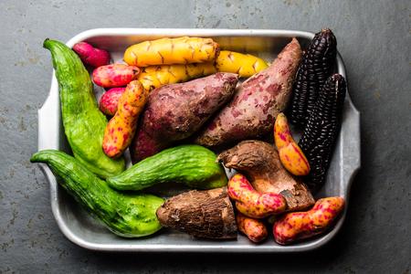 Caigua, camote, maíz negro, camote, yuca, frescas, peruanas, latinoamericanas. Vista superior Foto de archivo - 85170946
