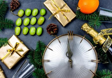 NIEUWJAARS TRADITIE. Latijns-Amerikaans en Spaans nieuwjaar traditioneel. Grappig ritueel om twaalf 12 druiven te eten voor veel geluk op het midden van de dag. Plat leggen, bovenaanzicht. Kerst Nieuwjaar samenstelling.