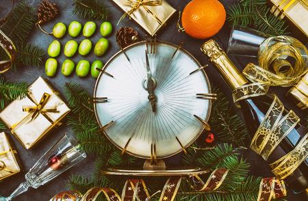 新しい年の伝統。ラテン アメリカとスペイン語の新年の伝統的です。12 の食べ方面白い儀式 midnigth で幸運のための 12 のブドウ。フラット横たわっ