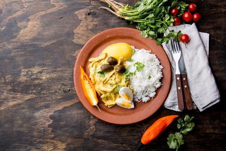 CUISINE MEXICAINE ET PÉRUVIENNE. Aji de gallina. Poulet aji de gallina aux oeufs d'olives et riz sur plaque d'argile. Plat typique péruvien et mexicain