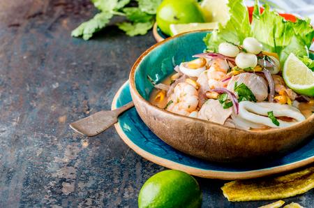 PERUAANSE CEVICHE SEBICHE. Peruaanse zeevruchten en vissebiche met maïs Stockfoto