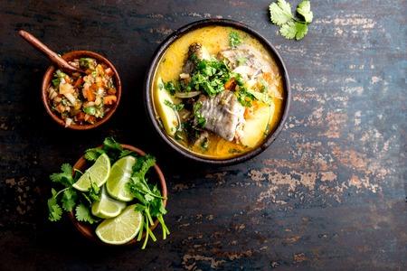 ALIMENTATION CHILIENNE. Soupe de poisson CALDILLO DE CONGRIO servi dans un bol en argile, vue du dessus. copie espace