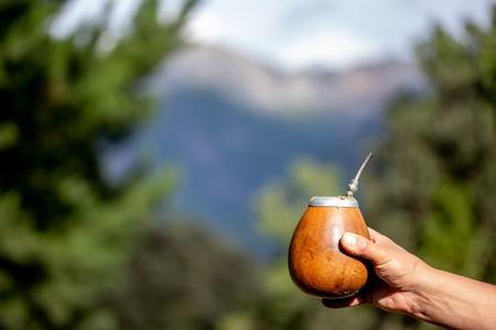 Mann mit Kalebasse Yerba Mate in der Natur. Reise- und Abenteuerkonzept. Lateinamerikanisches Getränk Yerba Mate