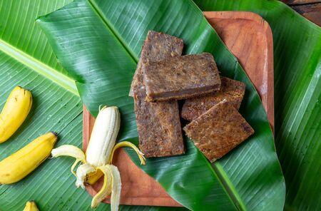 Tarte à la banane polynésienne tahitienne de l'île de Pâques poussant POE sur une plaque en bois sur des feuilles de palmier bananier. Banque d'images
