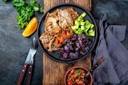 Mandrino di maiale messicano dell'alimento dello Yucatan. Maiale marinato in succo d'arancia servito con avocado, cipolla viola e salsa rustica di pomodoro