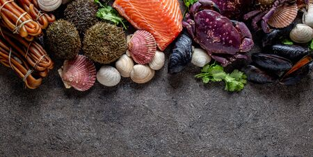 PACIFIC SEAFOOD. Fresh salmon, crabs ostions clams mussels, seaweed cochayuyo, sea urchins. Food background with copy space. Banque d'images