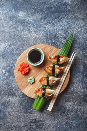 Sashimi-Sushi-Set auf Holzbrett. Stein Hintergrund. Ansicht von oben.