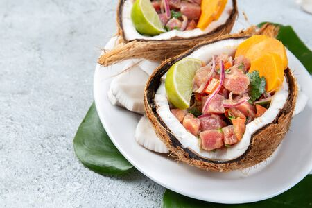 Ceviche de thon tahitien et hawaïen de l'île de Pâques avec patate douce dans des assiettes de noix de coco naturelles zéro déchet Banque d'images