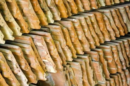 tejas: viejas tejas de arcilla apilados en filas
