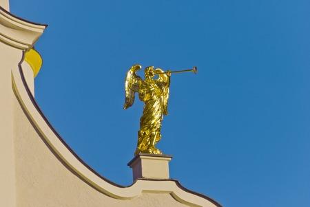trombon: �ngel de oro con el tromb�n en la iglesia parroquial de San Michels, San Candido, Tirol del Sur, Italia