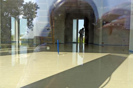 room with fresh liquid floor screed Standard-Bild
