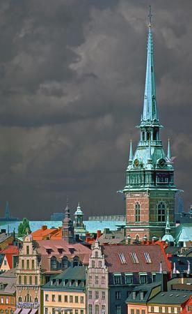 house gables: nubes de tormenta por encima de los tejados de la ciudad vieja de Estocolmo, Suecia