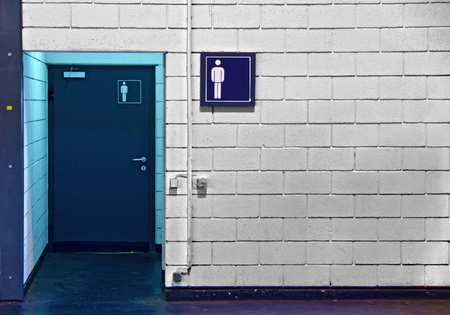 toilette: entrance to the mens toilette with signs and blue light
