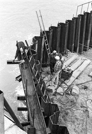 piling: construction of a new pillar for the new Reichsbruecke instead of the 1976 collapsed old bridge across the river Danube, Vienna, Austria, 1978