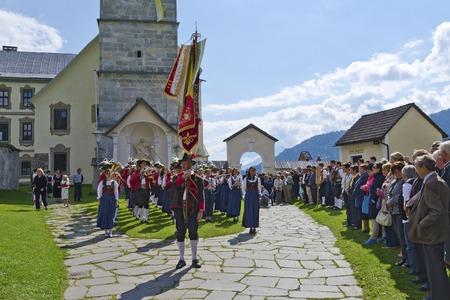 MARIA LUGGAU, 오스트리아 - 우리 모두의 2008 년 8 월 23 일 : 전통적인 민속 밴드 마리아 Luggau 순례 교회, 카린 시아 앞의 교구 공정에서 에디토리얼