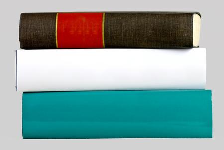 geïsoleerde stapel van drie dikke boeken, groen, wit en zwart Stockfoto