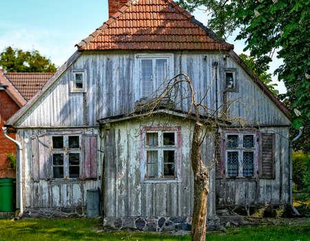 Old desolate white wooden house Standard-Bild