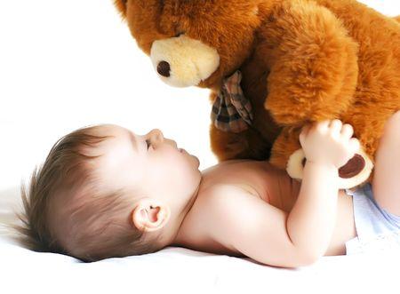 jouet b�b�: Petit gar�on jouer avec un ours.