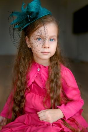 Schattig meisje in turkoois hoed