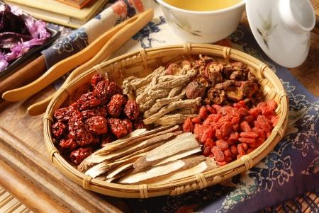 mortero: Diferentes tipos de hierbas medicinales chinas en canastas de mimbre