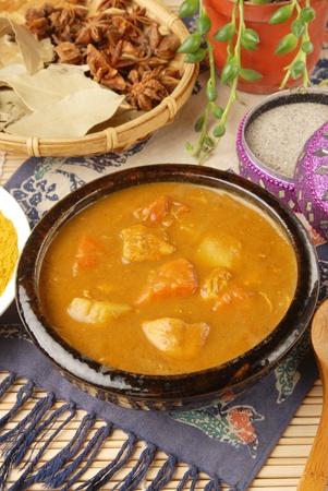 chicken curry: Chicken Curry in schwarz sch�ssel