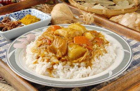 Poulet au cari sur du riz blanc cuit à la vapeur.