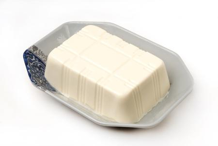 cagliata: Blocchi di tofu isolato su sfondo bianco