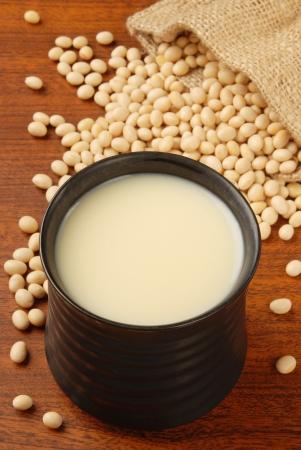 soya: Leche de soya fresca y la soja cruda de frijol de China deliciosa comida - la leche de soja Foto de archivo