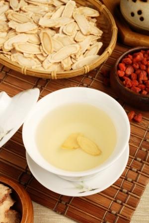 Chinese traditional ginseng tea and herbs         版權商用圖片