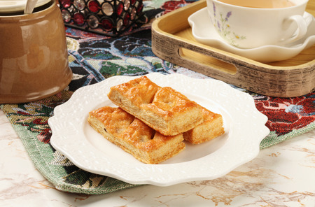 multilayer: El az�car de arce pasas galletas de m�ltiples capas en un plato blanco